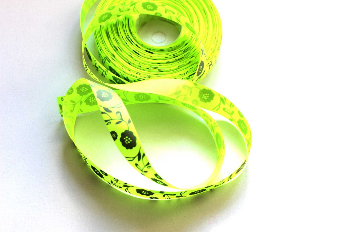 Saténová stužka svítivě zelený s šedými květy 1,6 cm PPO