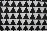 Bílá bavlna s černými trojúhelníky v řadě