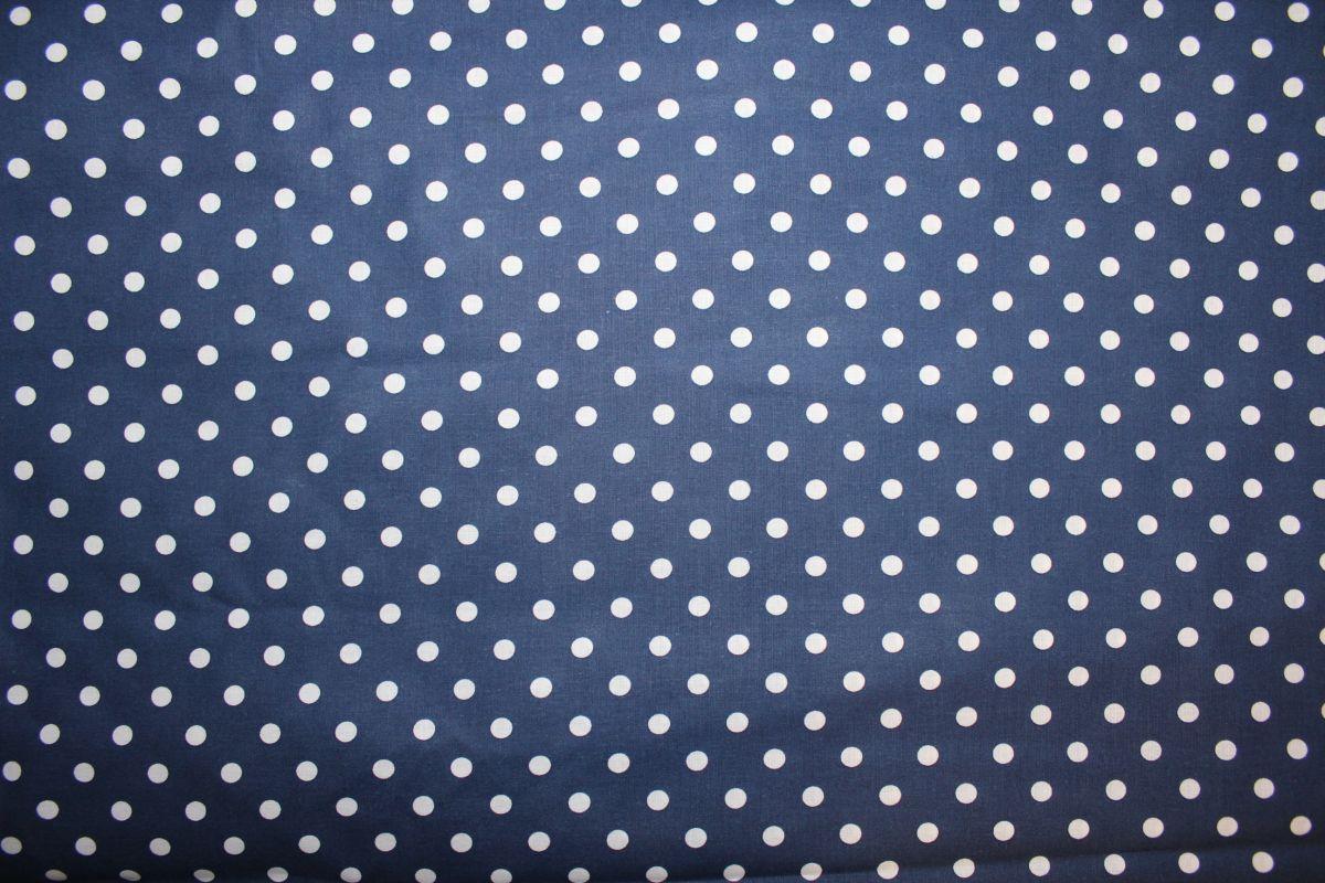 Tmavě modrá bavlna se středními bílými puntíky český výrobce
