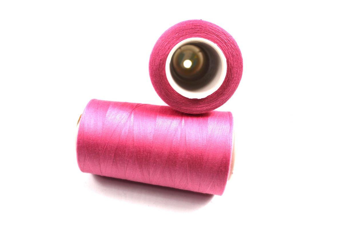 Šicí nit světle růžová 5000 yard- overloková 138 vyrobeno v EU