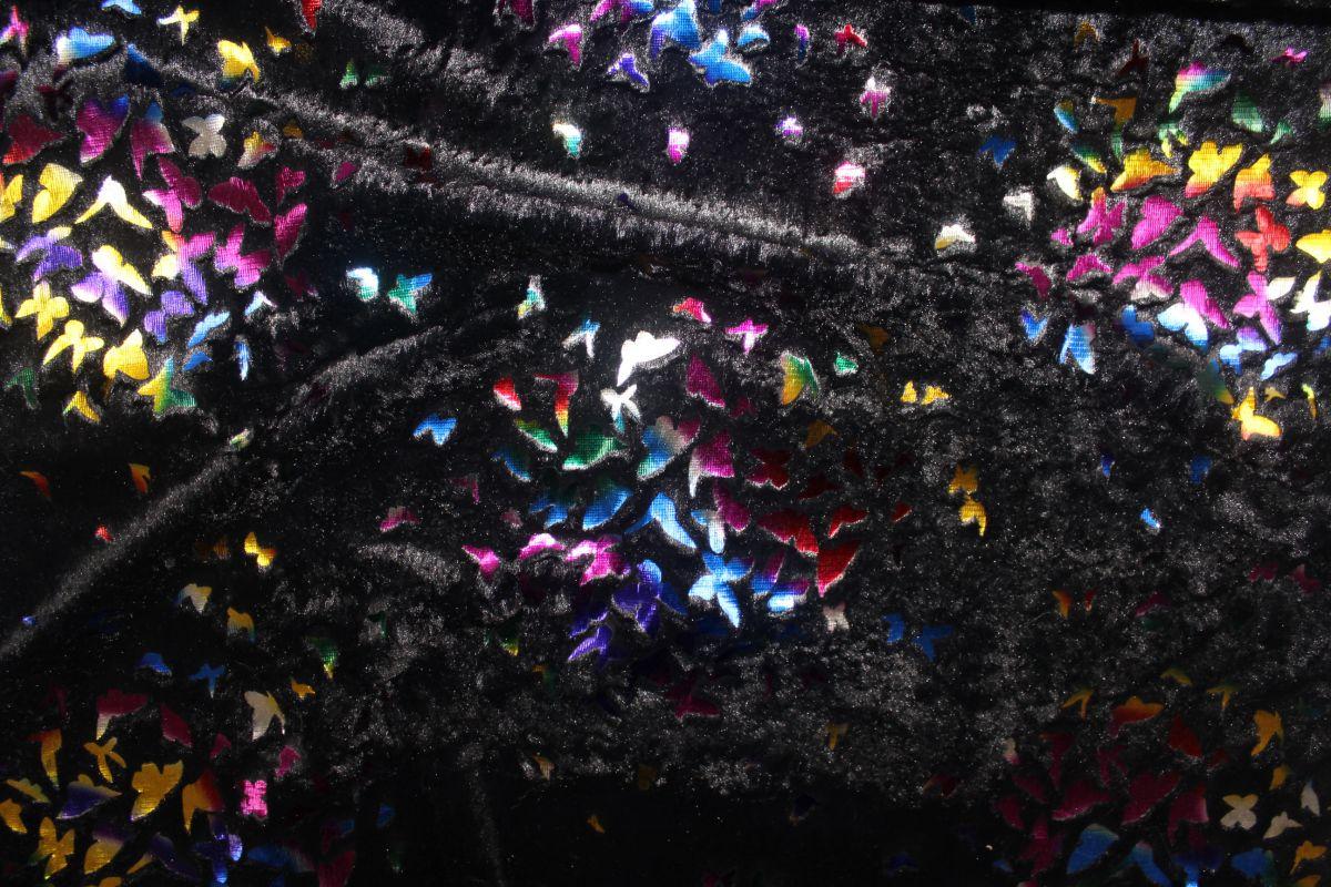Černý muchláček se zlatobarevnými motýlky vyrobeno v EU